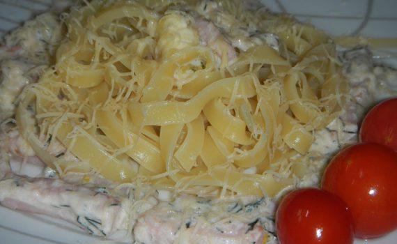 Гнезда из макарон с балыком и сырным соусом