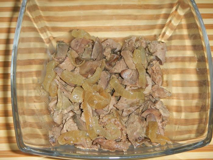 Вкусный слоеный салат с куриной печенью