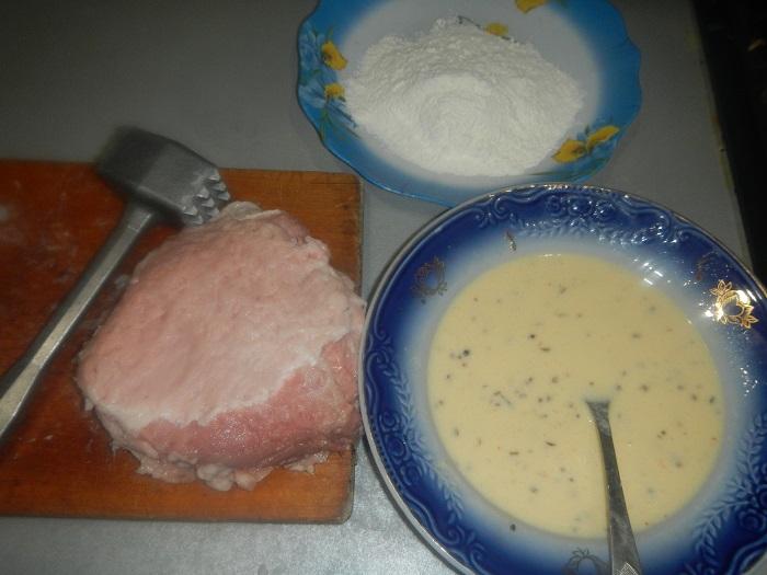 Сочные свиные отбивные с чесночным соусом