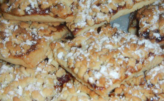 Песочное печенье с вареньем и крошкой из теста сверху