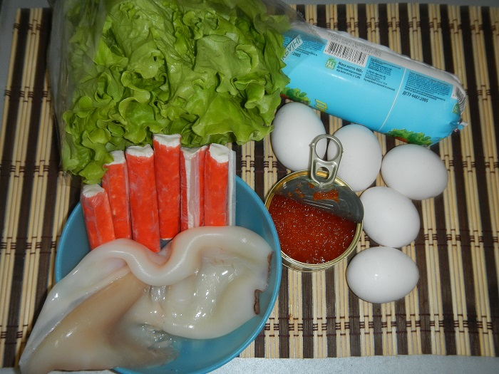 Простой и очень вкусный салат с кальмарами, крабовыми палочками и красной икрой