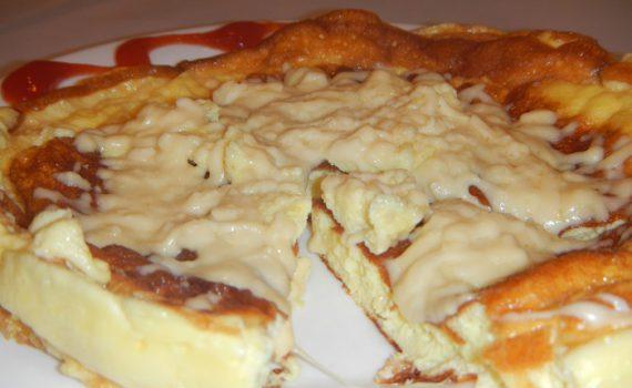 Вкусный пышный омлет со сметаной на сковороде