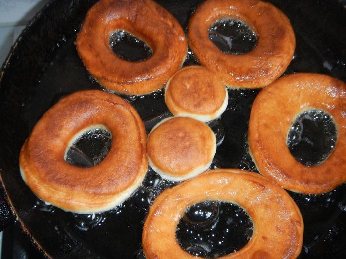 сладкие пончики на дрожжах и воде жареные на сковороде