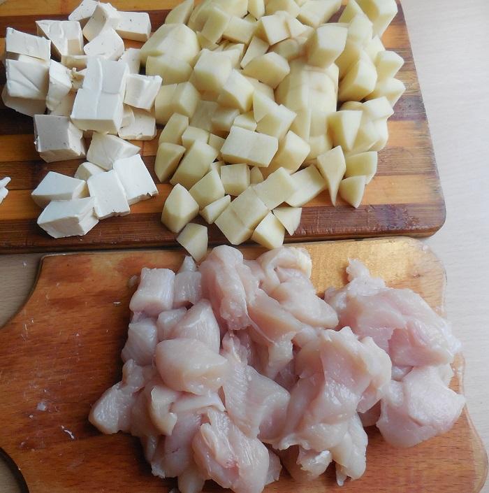 Сырный суп с плавленным сыром, грибами и курицей в мультиварке
