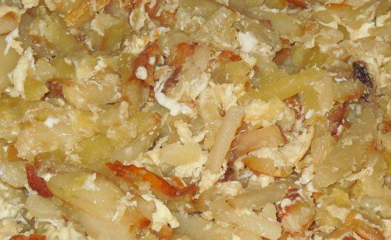 Вкусная жареная картошка на сковороде с салом и яйцом