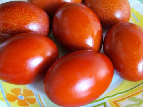 Крашеные яйца в луковой шелухе