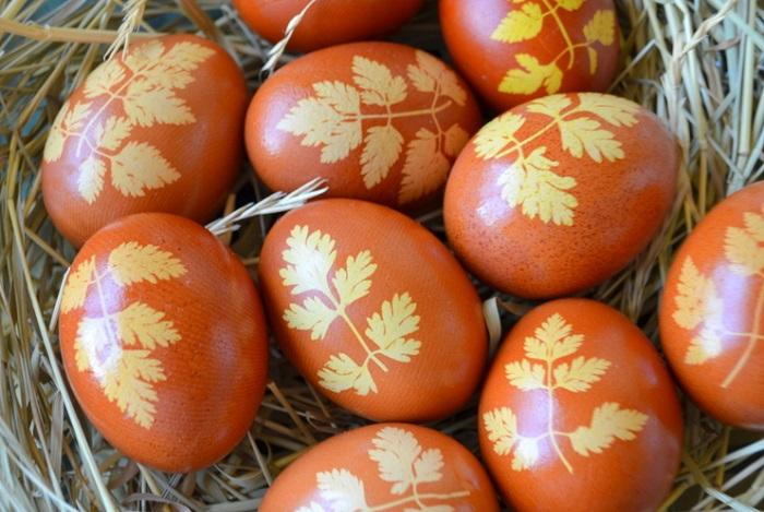 Как красить яйца в луковой шелухе видео