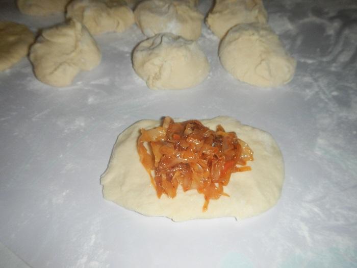 Дрожжевые пирожки с тушеной капустой на сковороде - рецепт пошаговый с фото