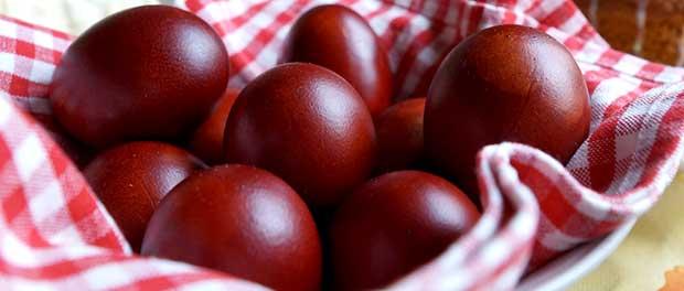 Покраска яиц в луковой шелухе