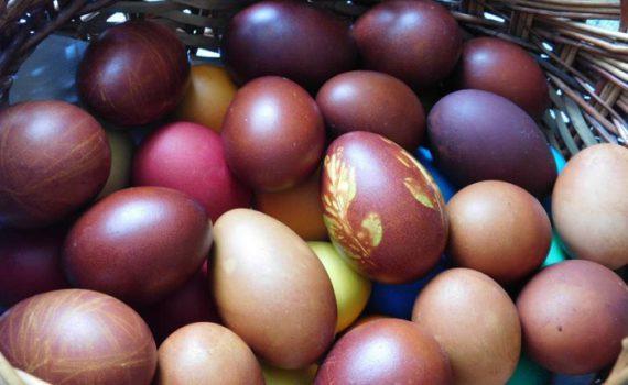 Как покрасить яйца в луковой шелухе с рисунком