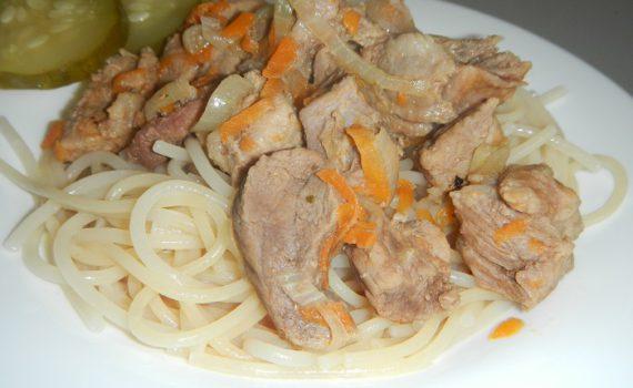 Вкусный свиной гуляш в мультиварке или подливка из свинины