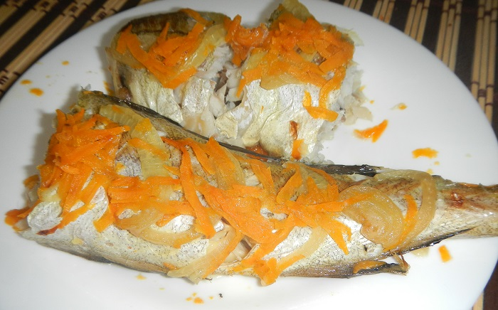 Вкусный минтай запеченный в духовке с луком и морковью