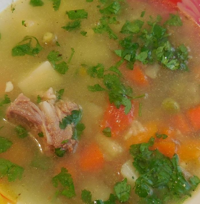 Вкусный овощной суп с мясом, замороженным зеленым горошком и стручковой фасолью в мультиварке