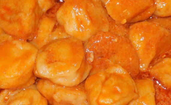 Пельмени в мультиварке тушеные в соусе из сметаны и томата