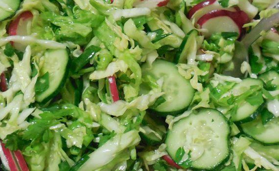 Легкий и вкусный весенний салат из капусты, редиса и огурцов без майонеза