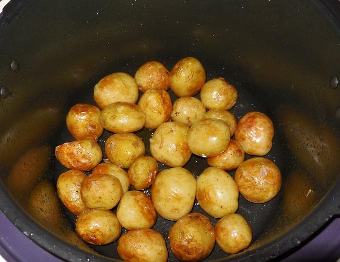 Молодой картофель в мультиварке со сметаной, укропом и чесноком