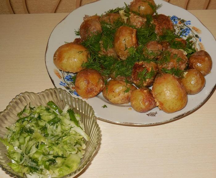 Молодая картошка в мультиварке со сметаной, укропом и чесноком