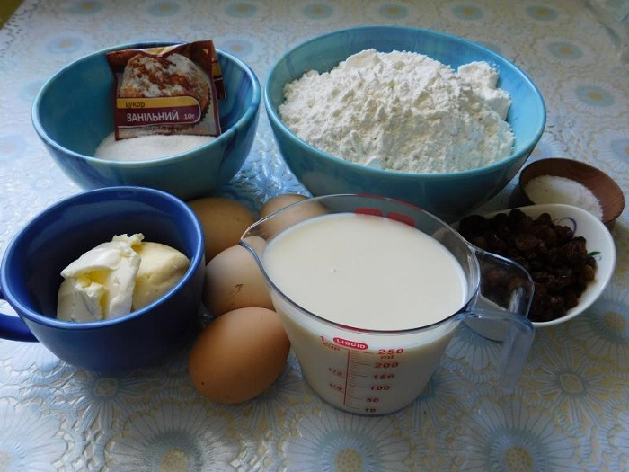 Сдобный кулич с изюмом на молоке и желтках