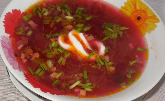 Горячий суп свекольник с мясом