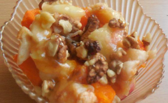 Медовый десерт из запеченной тыквы, яблок и орехов