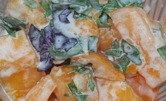 Простой и вкусный салат из свежих помидоров со сметаной