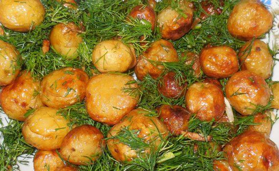 Мелкая молодая картошка жареная целиком на сковороде с чесноком и укропом
