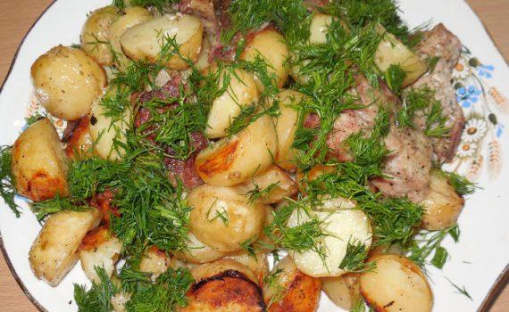 Вкусная молодая картошка запеченная в духовке с мясом