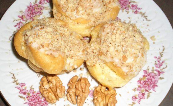 Домашний эклер с заварным кремом и ореховой присыпкой