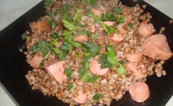 гречка с сосисками на сковороде