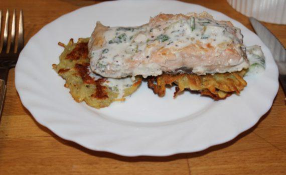 Жареные драники и филе лосося в сливочном соусе