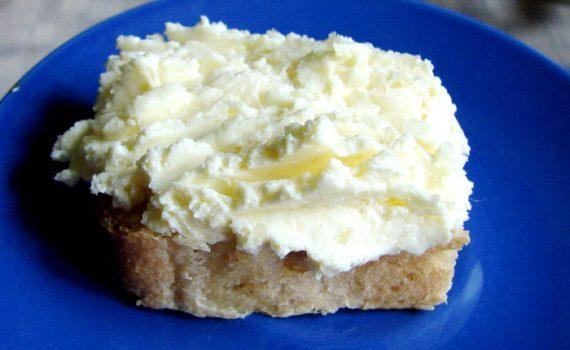 Сырное масло с чесноком