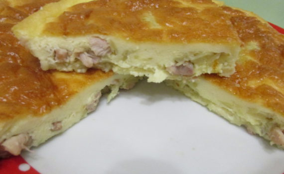 Быстрый заливной пирог на майонезе и сметане с курицей