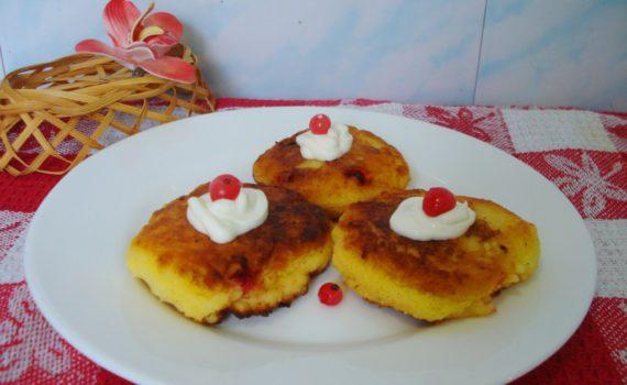 Сырники из творога с ягодами красной смородны