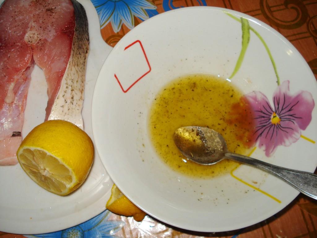 Стейки толстолобика, запеченные в лимонно-медовом соусе