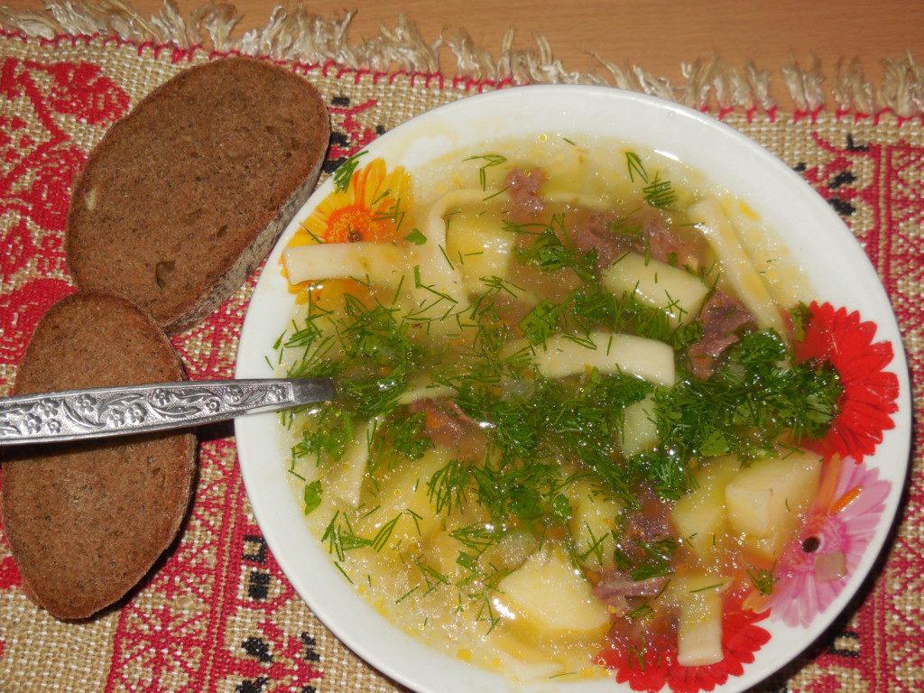 Суп с домашней лапшой и куриными сердечками в мультиварке