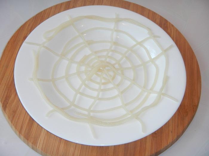 Вкусные осьминожки из сосисок и спагетти