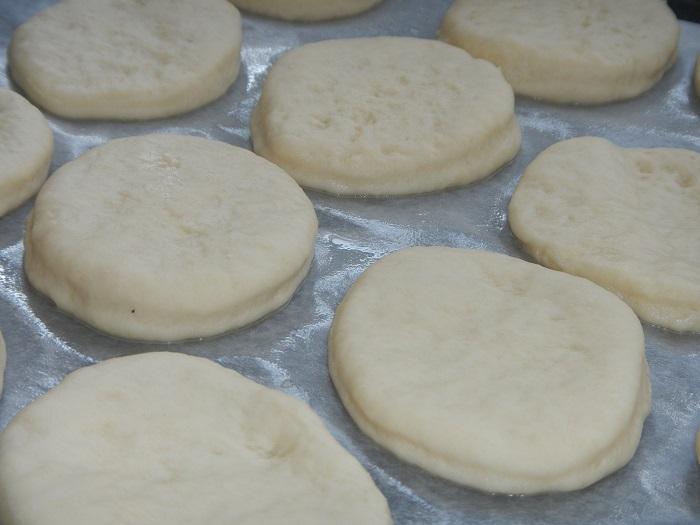 Пицца из дрожжевого теста с колбасой и сыром в духовке рецепт с фото