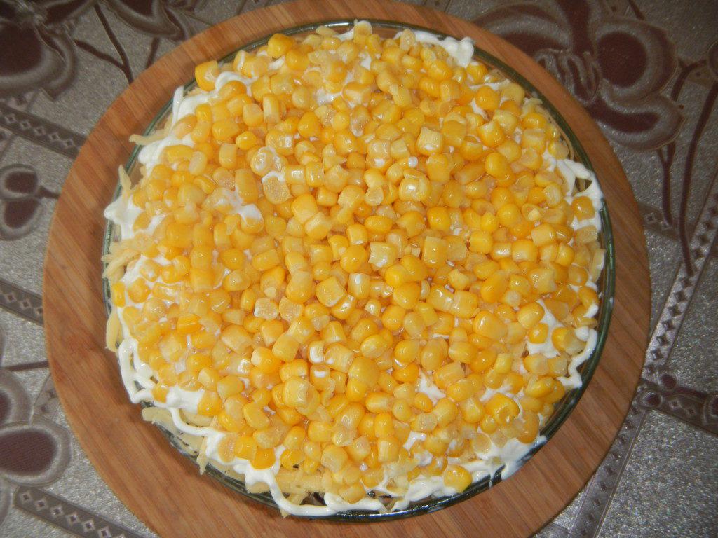 Салат слоями: с курицей, грибами, сыром и яйцамиСлоеный салат из куриного филе