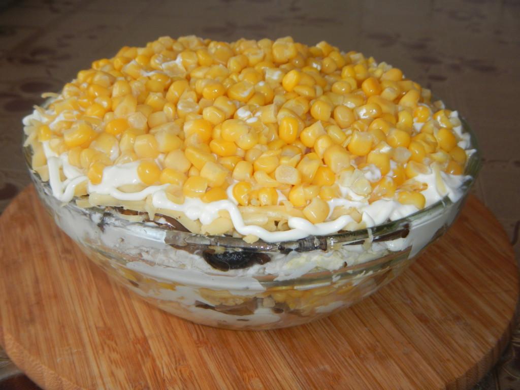 Простой слоеный салат с куриным филе, грибами, сыром и яйцами