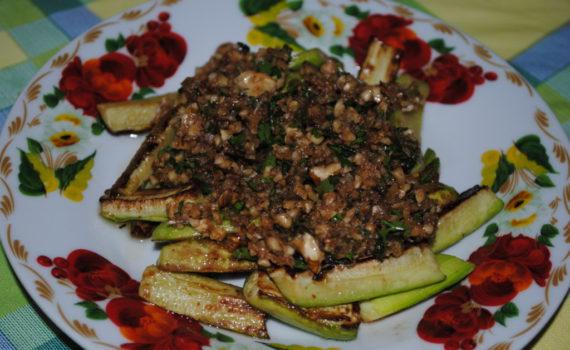 Вкусные кабачки с орехами и чесноком