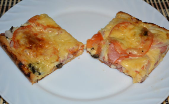 Быстрая пицца на сметане и майонезе с колбасой и грибами