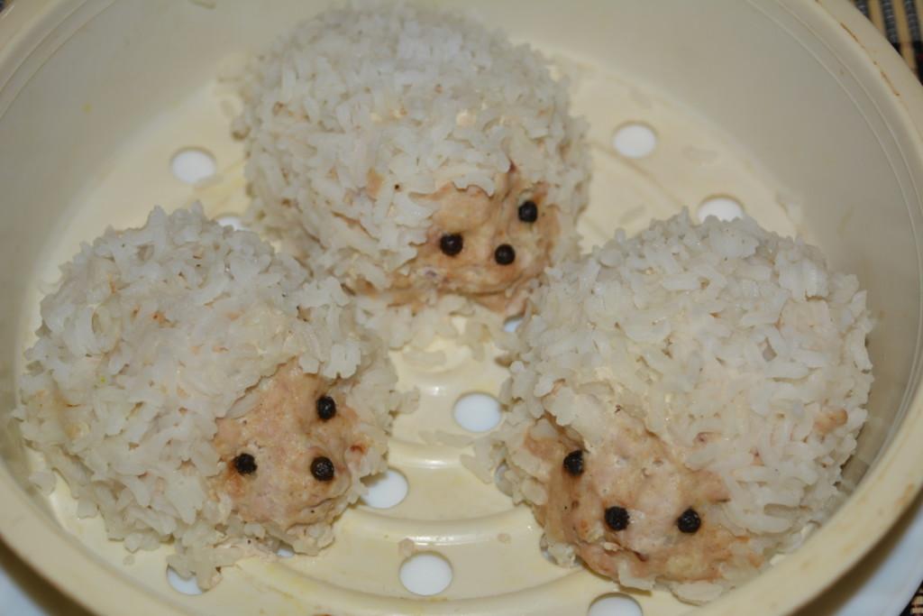 Вкусные ёжики из фарша и риса на сковороде