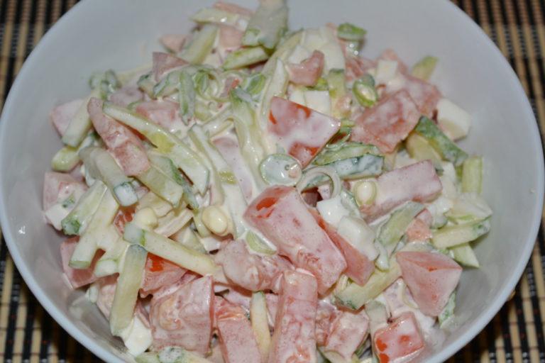 Простой овощной салат из свежих огурцов и помидоров с яйцом и луком-пореем - как приготовить овощной салат с майонезом, пошаговы