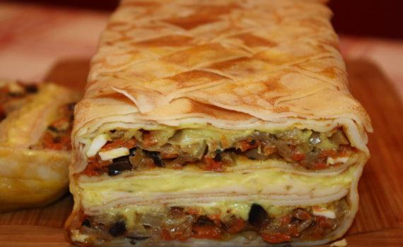 Блинный пирог с грибами и сыром и овощами