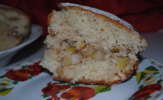 Пышный пирог на кефире с яблоками и орехами