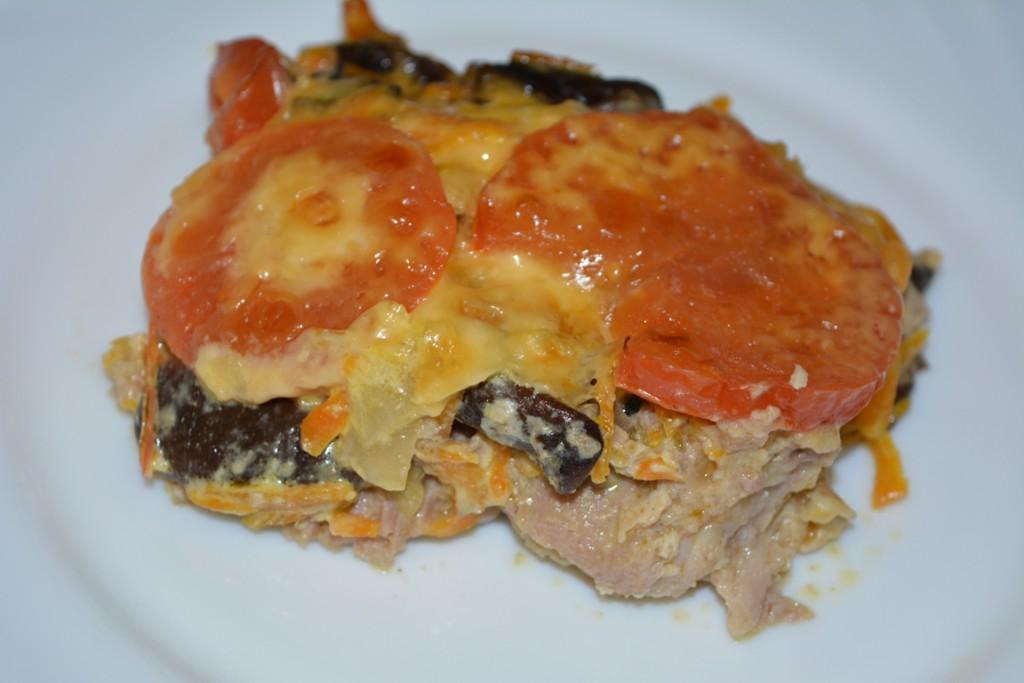 Свинина запеченная в духовке с грибами и сыром