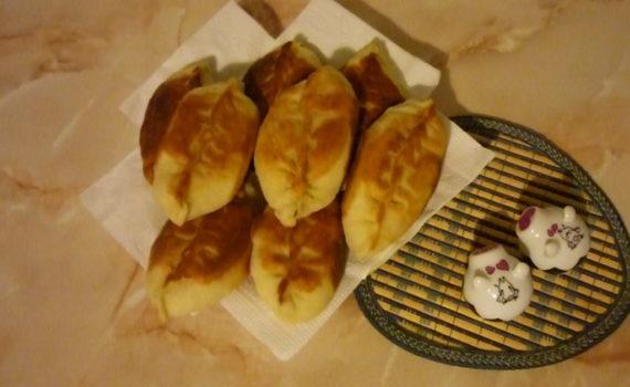 Пышные дрожжевые пирожки с щавелем и яйцом жареные на сковороде