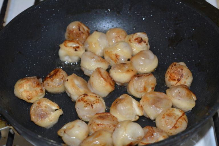Как правильно жарить пельмени на сковороде пошаговое
