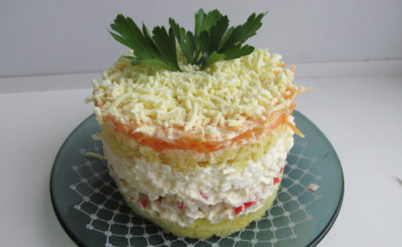 слоёный салат с крабовыми палочками