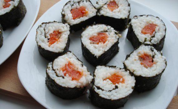 Домашние роллы с рисом и красной рыбой
